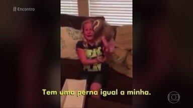 Vídeo em que menina ganha boneca amputada emociona na internet - No palco do 'Encontro', Fátima presenteia convidadas amputadas com bonecas que também as reproduzem