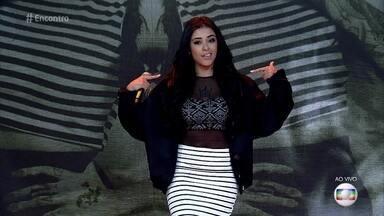 Medrado faz sucesso com músicas sobre amor e feminismo - Rapper se apresenta pela primeira vez em um programa de TV. Ela canta a música 'Roupa Não É Convite'