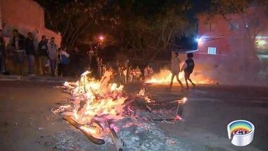 Moradores do São Judas Tadeu protestaram em avenida - Eles atearam fogo em pneus para pedir segurança.