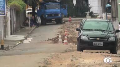 Obra da Casal interdita trânsito no Farol - Obra para substituir redes antigas de água vai ser realizada em cinco ruas e avenidas do bairro.