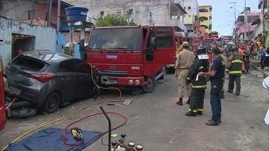 Familiares e amigos velam corpo de vítima de acidente com caminhão desgovernado - Veículo atingiu carro e moto onde mulher que morreu estava.