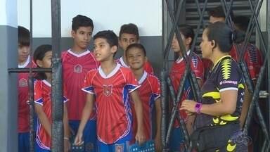 Conheça um grupo que aproveita o futebol para aprender inglês - Turma mostra que futebol pode ser mais que esporte.