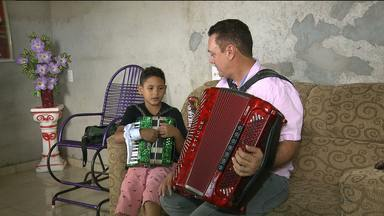 Sanfoneiro mirim realiza sonho de conhecer cantor Amazan - Thallysson Figueiredo, de 7 anos, é apaixonado por sanfona. Veja como foi o encontro dele com Amazan.