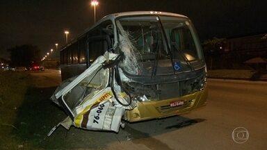 Acidente entre ônibus e van na Avenida Brasil deixa 11 feridos - O acidente foi na altura de Campo Grande. A batida foi tão forte que parte da van ficou presa às ferragens do ônibus.