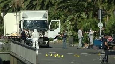 Ataque com caminhão em Nice teve vários cúmplices, diz polícia da França - Na França, os investigadores concluíram que o atentado em Nice não foi obra de um lobo solitário e teve vários cúmplices. Quatro homens e uma mulher foram acusados formalmente de ajudar o motorista do caminhão que atropelou centenas de pessoas.