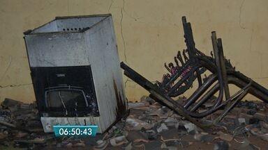 Vizinho acorda moradores de casa em chamas, em Terenos - Mulher e três crianças dormiam na hora do incêndio. Elas saíram da casa pela porta dos fundos.