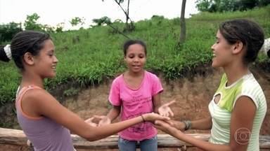 """Brincar estimula o cérebro e a coordenação motora das crianças - """"Brincar é absolutamente essencial"""", diz pediatra Ana Escobar."""