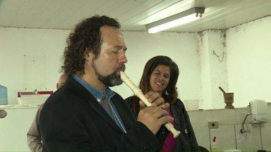 Músico retribui hospedagem com oficina de música em cooperativa de reciclagem - Givanildo da Silva está hospedado durante o Festival de Música na casa da Natália, que é estagiária no Coopermudança. Por isso ele teve a ideia de fazer a oficina para os recicladores.