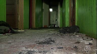 Justiça decreta prisão de dono de clínica que pegou fogo no RS - A justiça decretou a prisão do dono e de cinco funcionários da clínica de recuperação de dependentes químicos que pegou fogo no Rio Grande do Sul. Sete pessoas morreram no incêndio.