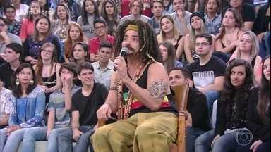 Marco Luque se apresenta como 'Mustafary' - O figura ainda dança reggae no palco do Altas Horas
