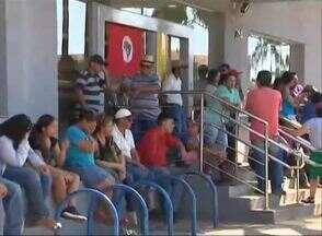 MST bloqueia entrada de clientes em agência bancária - Protesto é feito no Banco do Brasil de Teodoro Sampaio.