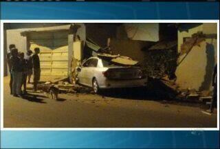 Carro invade casa em acidente e assusta moradores - Carro invade casa em acidente e assusta moradores
