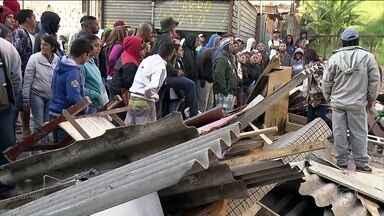 Reintegração de posse em São Paulo termina em confronto - O terreno ocupado por 350 famílias, na região da Rodovia Raposo Tavares, pertence à prefeitura, que pediu a reintegração alegando que o local é de risco. Os moradores resistiram e atiraram pedras contra os policiais.