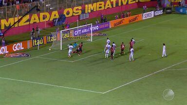 Em jogo polêmico, Vitória perde para o Santos dentro de casa - Placar da partida foi 3 a 2. Falhas dos jogadores e da arbitragem prejudicaram o time baiano.