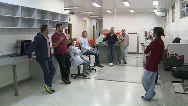 Assinado convênio para reabertura do laboratório municipal - A prefeitura e a faculdade Uniamérica vão assumir o serviço de exames. A unidade está fechada há duas semanas.