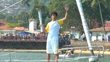 Tocha Olímpica passa pelo litoral de São Paulo - A tocha passou dia em Ilhabela. Ela esteve na Escola de Vela, foi conduzida de barco e depois percorreu as ruas do centro histórico da cidade.