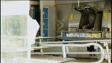Imagens mostram ação de quadrilha que explodiu caixas de duas agências - O circuito de monitoramento da Guarda Civil Municipal de Itararé (SP) registrou a ação dos criminosos que explodiram caixas eletrônicos das agências do Banco do Brasil e da Caixa Econômica Federal em Itararé (SP), na madrugada desta segunda-feira (25).