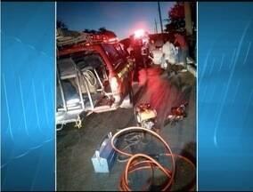 Três pessoas ficam feridas após carro bater em poste em Montes Claros - Condutor perdeu controle da direção em curva da Avenida Sidney Chaves.