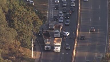 Acidente entre veículos complica o trânsito no Anel Rodoviário de Belo Horizonte - Batida ocorreu no sentido Rio de Janeiro.