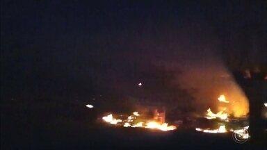 Incêndio destrói carros em pátio de Botucatu - Um incêndio destruiu pelo menos 15 carros que foram apreendidos e estavam em um pátio de Botucatu (SP). O tempo seco também causou queimadas às margens de rodovias e em terrenos baldios.