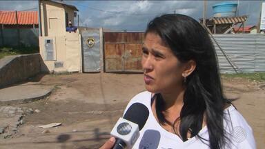 Famílias reclamam de atrasos nas entregas de casas em Feira de Santana - A previsão de entrega era para maio de 2016, mas até agora nenhuma parede foi levantada; veja.