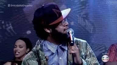 Emicida canta 'Passarinhos' - Rapper encerra o 'Encontro' com música