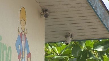 Mais de 130 prédios municipais de Macapá recebem circuito de câmeras para monitoramento - Mais de 130 prédios municipais da prefeitura de Macapá receberam o sistema de câmeras para ajudar no monitoramento. O problema é que mesmo com esse sistema, várias ocorrências de arrombamentos foram registradas. O reforço da guarda municipal seria o ideal, mas a quantidade de homens da guarda, não é suficiente para garantir a segurança de todos esses locais.