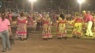 Grupo de carimbó se apresenta em 1ª noite do 35º Arraial Flor do Maracujá - Grupo a se apresentar foi do Centro de Convivência do Idoso.