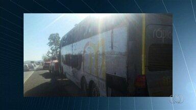 Acidente entre carro e ônibus mata 2 pessoas na BR-153 em Uruaçu, GO - Além deles, pelo menos 29 pessoas ficaram feridas e foram socorridas. Uma mulher teve o braço esmagado pelo ônibus, que tombou na BR-153.