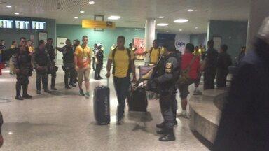 Colômbia desembarca em Manaus na madruga deste domingo - Jogadores foram recepcionados por cerca de 20 torcedores no saguão do aeroporto