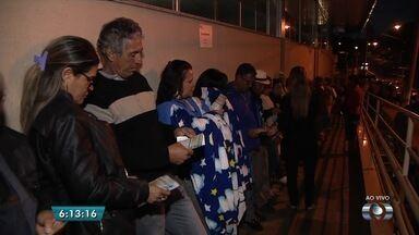 """Pacientes fazem fila para pegar autorização para consultas e exames na Santa Casa, em GO - Muitos pacientes madrugaram para garantir o """"chequinho""""."""