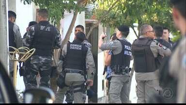 Criança de 7 anos é feita refém pelo próprio pai em Campina Grande - A Polícia Militar isolou a rua, fez barreiras e só conseguiu resgatar a criança após quatro horas.