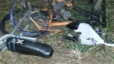 Ciclista morre após ser atingido por carro em rodovia de Catanduva - Um homem morreu e o filho dele de seis anos ficou gravemente ferido depois de serem atingidos por um carro na rodovia Comendador Pedro Monteleone, em Catanduva (SP). Segundo a polícia, os dois estavam em uma bicicleta motorizada quando as vítimas atravessavam a pista e foram atingidos pelo veículo.