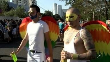 Parada Gay reúne centenas de pessoas em Rio Preto - Pelo sexto ano consecutivo, centenas de pessoas realizaram em Rio Preto uma passeata para lutar contra a homofobia. A Parada Gay reuniu centenas de pessoas com o objetivo de lutar contra o preconceito.