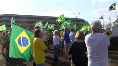 Manifestantes contra e a favor de Dilma Rousseff foram paras as ruas, neste domingo - Em Curitiba, a manifestação a favor de Dilma foi na praça 19 de dezembro e a manifestação contrária a presidente afastada foi na Praça Santos Andrade