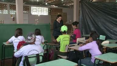 Alunos de Salto do Lontra têm aula em pavilhão improvisado - Escola foi atingida por temporal no mês passado