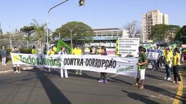 Manifestantes fazem protesto em Londrina pelo impeachment da presidente Dilma Rousseff - Diversas pessoas participaram do ato que pediu também o fim da corrupção, manifestou apoio ao juiz Sérgio Moro e às investigações da Operação Lava Jato.