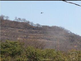 Bombeiros e brigadistas combatem fogo no Morro Dois Irmãos em Montes Claros - Área atingida é particular e fica ao lado do Parque Lapa Grande.