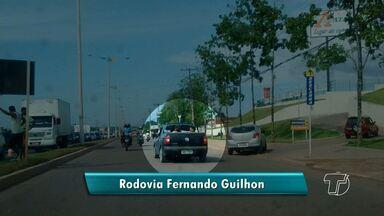 Veja flagrantes de trânsito enviados pelos telespectadores - Pessoas são transportadas de maneira irregular na carroceria de veículo e caminhão é flagrado estacionado em cima da faixa de pedestre.