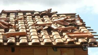 Famílias atingidas pelo vendaval em São José tentam reconstruir o que foi destruído - Relatório da Defesa Civil apontou que 50 casas foram atingidas.