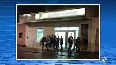 Grupo explode cofre de banco, faz reféns e atira contra carro da polícia - Criminosos ainda 'encurralaram o efetivo de serviço' em Cumaru, diz PM.