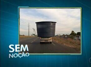 Telespectador flagra veículo trafegando com caixa d'água na carroceria - Telespectador flagra veículo trafegando com caixa d'água na carroceria