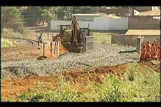 Transposição de trilhos na obra da Claricinda é realizada em Uberaba - Previsão é de que o serviço de desaterro tenha início na terça (2).Viaduto da Claricinda beneficiará moradores de diversos bairros.