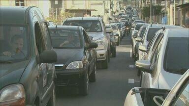 Crise econômica reflete na falta de pagamento de prestações de carros - Situação aumentou casos de busca e apreensão de bancos.