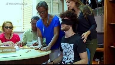 Vitor Thiré visita o Instituto Benjamin Constant no Rio de Janeiro - Ator vive o deficiente visual Ventura na novela 'Liberdade, Liberdade'