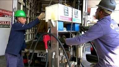 Posto que vendia gasolina adulterada é fechado pela 14ª vez em São Paulo - O posto, na Avenida Cupecê, na Zona Sul, não tem licença para funcionar desde a primeira autuação de venda de combustível adulterado. Os fiscais da Secretaria da Fazenda disseram que pedirão a ajuda da Prefeitura para concretar os tanques.