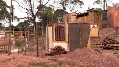Centenas de pessoas erguem casas em terreno particular na Zona Leste da capital - A maioria das pessoas que ocupam o terreno em Aricanduva está desempregada. Eles dizem que não têm condições de pagar aluguel.