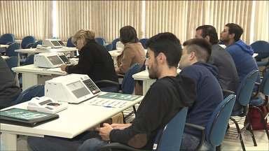 Começa o treinamento para 130 mil mesários do Paraná - Eles foram convocados para trabalhar nas próximas eleições municipais