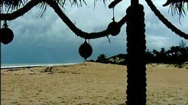 Falta de chuvas afeta paisagem da praia de Riacho Doce, em Conceicão da Barra, Norte do ES - Praia era conhecida por ser local em que o riacho desaguava no mar, mas após estiagem a água do riacho desapareceu.