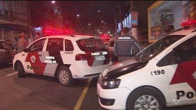 Suspeito de praticar roubos é baleado e morto em Santos - Ele tentou fugir da abordagem policial. Segundo a polícia, ele roubava celulares em vários pontos da cidade.